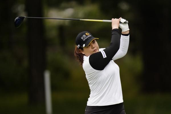 [뉴타운스퀘어=AP/뉴시스]박인비가 10일(현지시간) 미 펜실베이니아주 뉴타운 스퀘어의 애러니밍크GC에서 열린 KPMG 위민스 PGA 챔피언십 3라운드 13번 홀에서 티샷하고 있다. 박인비는 중간합계 4언더파 206타로 단독 4위에 올랐다.