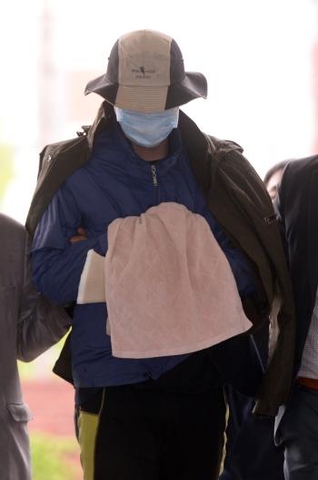 대낮에 아파트 주차장에서 헤어진 여자친구를 흉기로 찔러 숨지게 한 '가락동 스토킹 살인사건' 피의자가 범행 하루 만인 4월 20일 오후 서울 송파경찰서에 긴급체포되어 압송되고 있다. ⓒ뉴시스·여성신문
