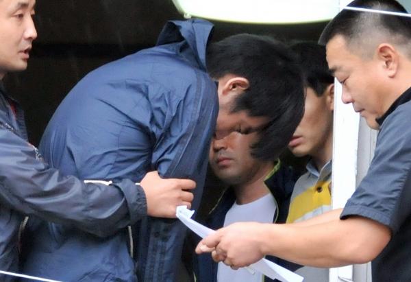 지난 2012년 7월20일 울산 중구의 한 다세대주택에서 자매를 살인한 김홍일이 15일 오전 현장검증을 하고 있다. 범행 후 55일간 도피행각을 벌이다 13일 검거된 김홍일은 이날 오후 법원에서 영장실질심사가 진행될 예정이다. ⓒ뉴시스·여성신문