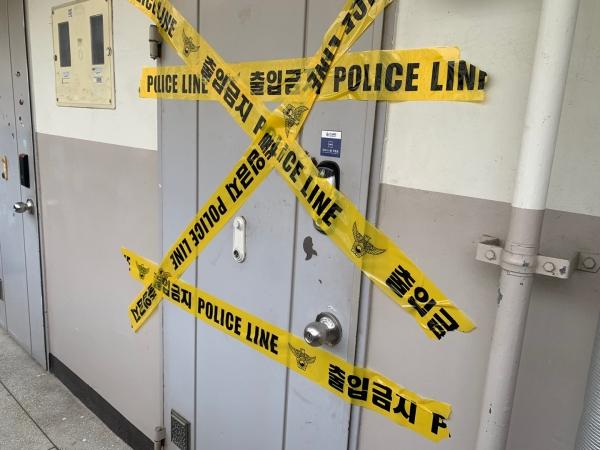 25일 서울 노원구 중계동 한 아파트에선 세 모녀가 살해 당하는 사건이 발생했다. 26일 찾아간 모녀의 집에는 폴리스라인이 쳐져 있었다. ⓒ뉴시스·여성신문