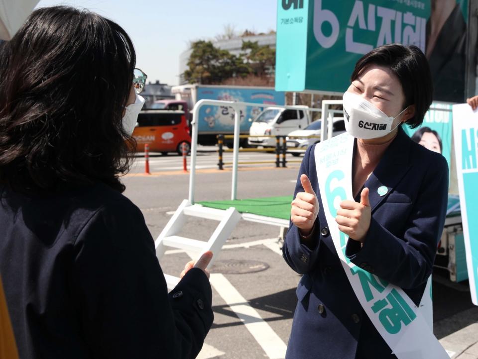 31일 오후 서울 마포구 합정역 인근에서 신지혜 기본소득당 서울시장 후보가 거리 유세를 하고 있다. ⓒ홍수형 기자