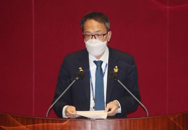 박주민 더불어민주당 의원이 24일 서울 여의도 국회에서 열린 본회의에서 스토킹범죄의 처벌 등에 관한 법률안에 대한 제안설명을 하고 있다. ⓒ뉴시스·여성신문