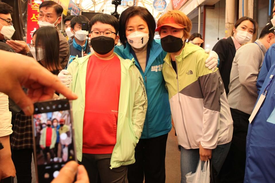 1일 오후 서울 강서구 남부골목시장에서 박영선 더불어민주당 서울시장 후보가 거리 유세를 하고 있다. ⓒ홍수형 기자