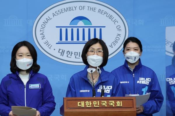 박영선 후보 캠프 여성인권특별위원장을 맡고 있는 권인숙 의원은 이날 오후 국회 소통관에서 기자회견을 열고 박 후보의 여성정책을 발표했다. ⓒ권인숙 의원실