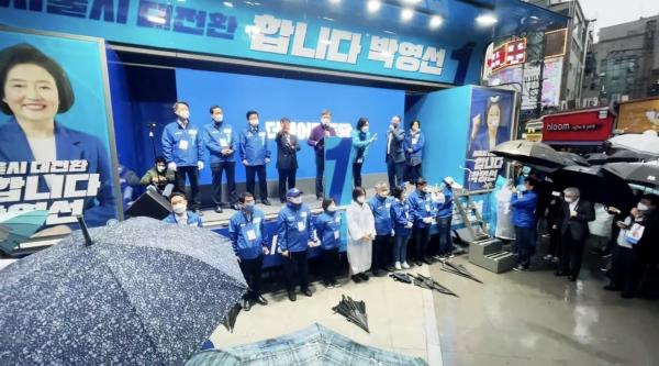 박영선 더불어민주당 서울시장 후보가 3일 오후 신촌 유세 현장에서 지지자들에게 인사하고 있다. ⓒ여성신문