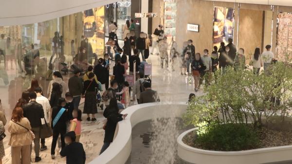 4일 오후 정기세일에 들어간 서울시내 한 백화점에서 내방객들이 줄서 기다리고 있다. ⓒ뉴시스