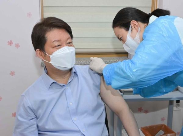 권영진 대구시장이 4월 1일 오전 대구 중구보건소에서 아스트라제네카 백신을 접종했다. ⓒ대구시