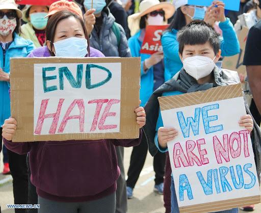 지난 3일 샌프란시스코 베이 지역 오클랜드에서 열린 '아시아계 혐오를 멈춰라(Stop Asian Hate)' 집회에 참여한 사람들이 팻말을 들고 있다.  ⓒXinhua/뉴시스·여성신문