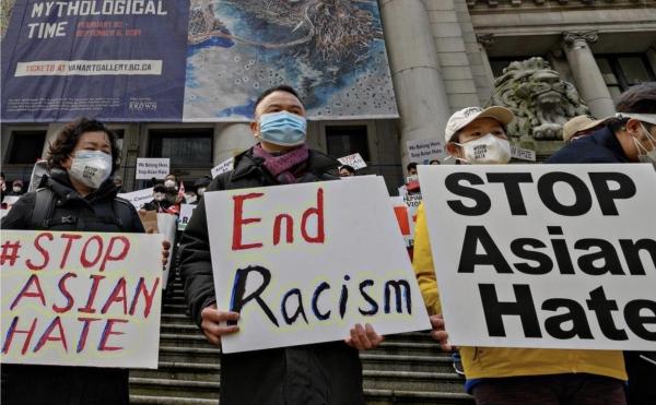 지난달 29일 캐나다 밴쿠버에서 열린 '아시아계 혐오를 멈추라(Stop Asian Hate)' 집회 참여자들이 팻말을 들고 있다. ⓒXinhua/뉴시스·여성신문