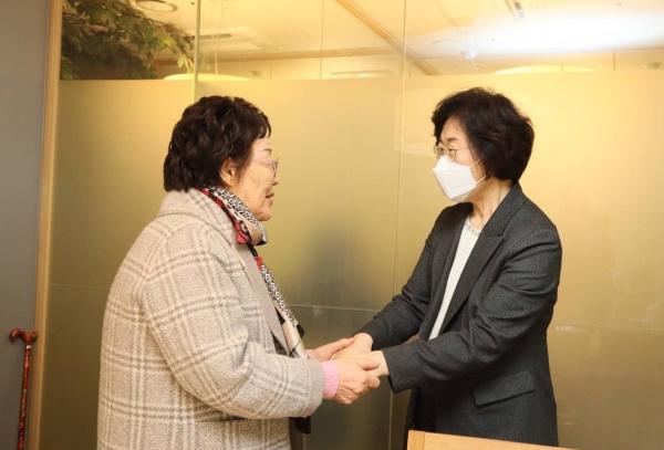 정영애 여성가족부 장관은 3월 1일 오후 서울 광화문 인근 식당에서 일본군'위안부' 피해자인 이용수 여성인권운동가와 만나 '위안부' 피해자 관련 기념사업 추진방향 등 현안과 피해자 지원에 대한 의견을 나눴다. ⓒ여성가족부