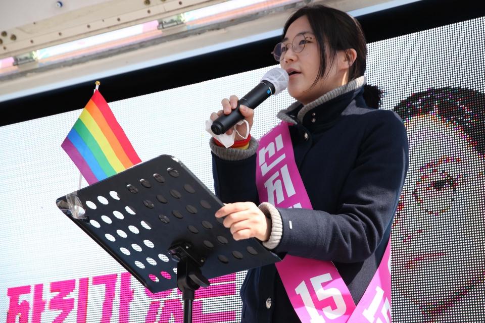 신지예 팀서울 무소속 서울시장 후보가 6일 오후 서울 용산구 용산역 앞에서 선거 유세를 하고 있다. ⓒ홍수형 기자