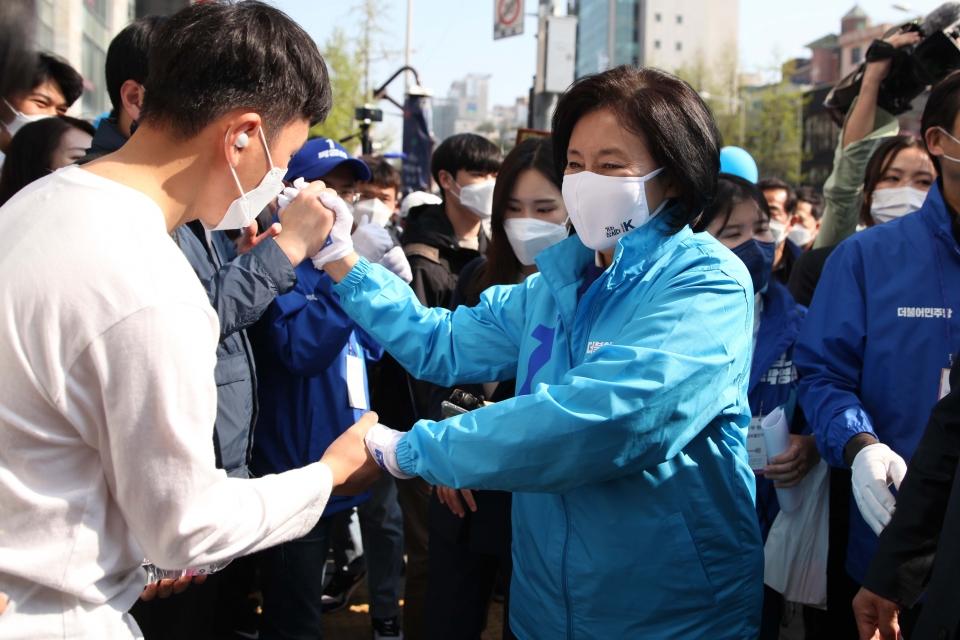 6일 서울 서대문구 홍제역 앞에서 박영선 더불어민주당 서울시장 후보가 선거 유세를 하고 있다. ⓒ홍수형 기자