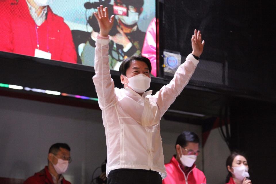 6일 오후 서울 서대문구 현대백화점 유플렉스 신촌점 앞에서 안철수 국민의당 대표가 오세훈 후보 지지호소하고 있다. ⓒ홍수형 기자