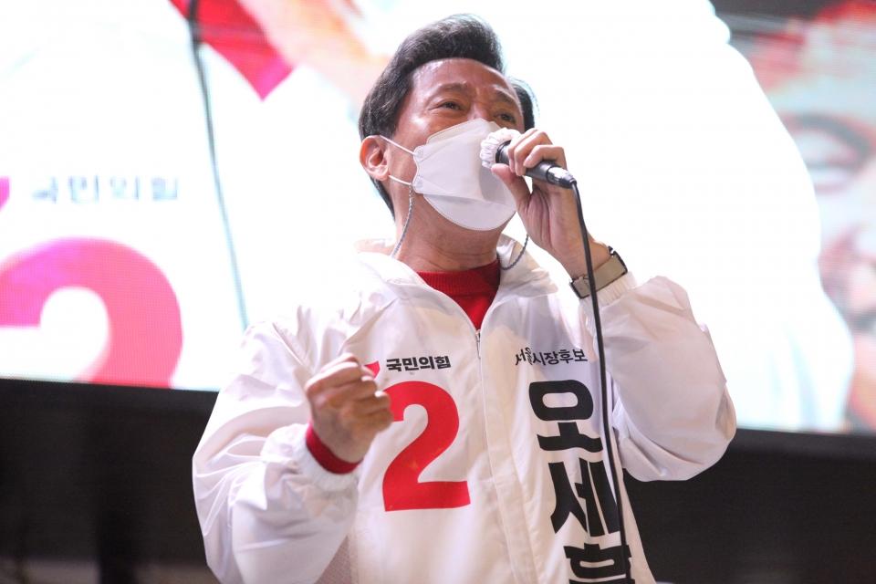 6일 오후 서울 서대문구 현대백화점 유플렉스 신촌점 앞에서 오세훈 국민의힘 서울시장 후보가 선거 유세를 했다. ⓒ홍수형 기자