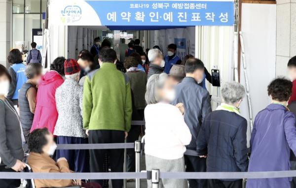 6일 오전 서울 성북구청 코로나19 예방접종센터를 찾은 시민들이 백신 예방접종을 하기 위해 줄지어 대기하고 있다.