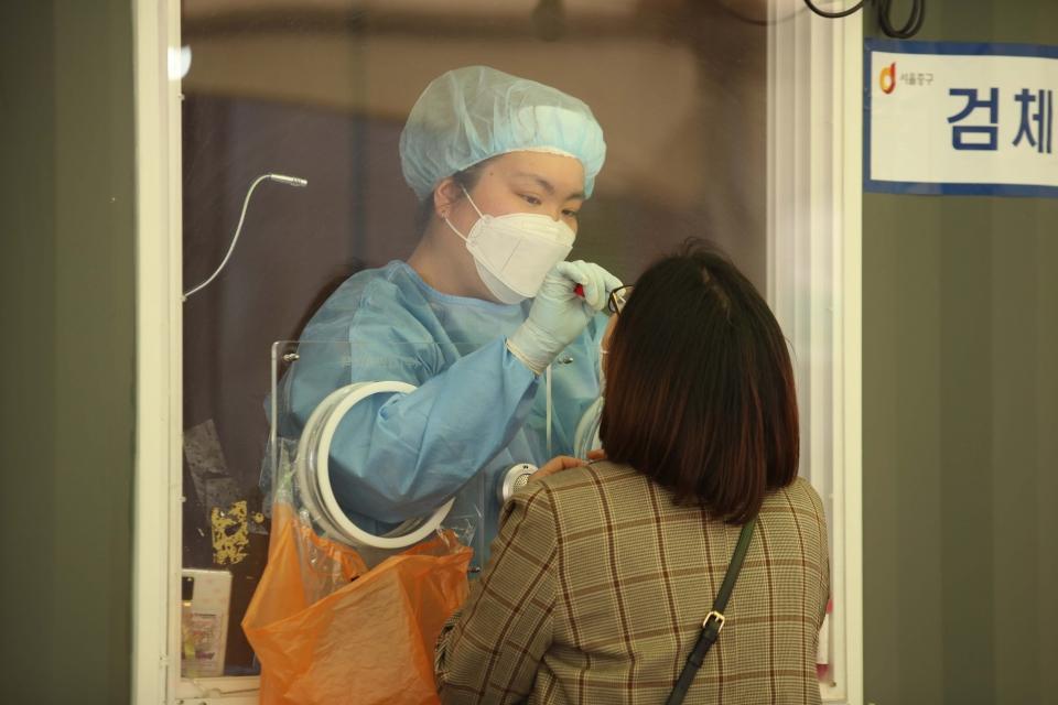 7일 오후 서울 중구 서울역 앞에 마련된 선별진료소에서 시민들이 코로나19 검사를 받고 있다. ⓒ홍수형 기자