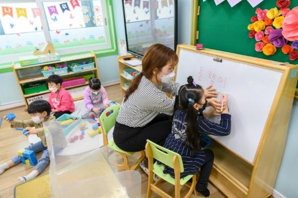 지난 1일 서울 양천구 구립둥지어린이집 원생들이 등원해 수업을 받고 있다. 서울 전역 어린이집은 코로나19로 인해 지난해 11월부터 휴원했으며 이날 재개원했다. ⓒ뉴시스·여성신문