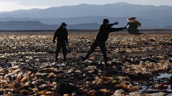 볼리비아 자원봉사자와 공무원 등 수백명이 현지시간 7일 볼리비아 서부 오루로 인근에 있는 우루우루호수에서 쓰레기를 치우는 작업을 하고 있다. ⓒAP/뉴시스