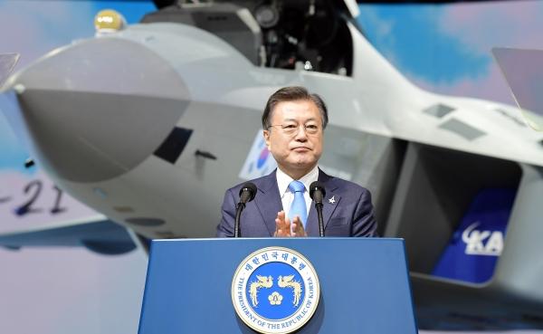 문재인 대통령이 9일 경남 사천시 한국항공우주산업(KAI) 고정익동에서 열린 한국형 전투기 KF-21 보라매 시제기 출고식에서 기념연설을 하고 있다. ⓒ여성신문‧뉴시스