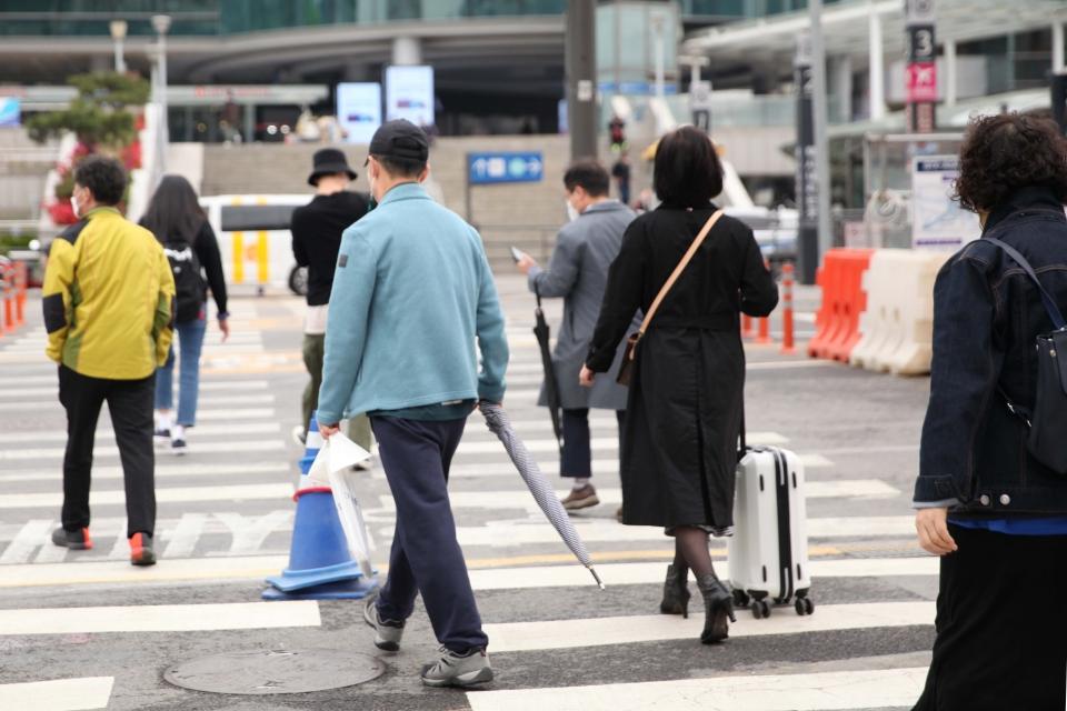 12일 서울 중구 한 신호 거리에서 시민들은 발걸음을 옮기고 있다. ⓒ홍수형 기자