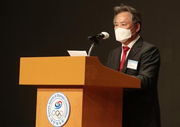 이기흥 대한체육회장이 19일 오후 서울 송파구 잠실롯데호텔월드 크리스탈볼룸에서 열린 제41대 대한체육회장 취임식에서 취임사를 하고 있다.