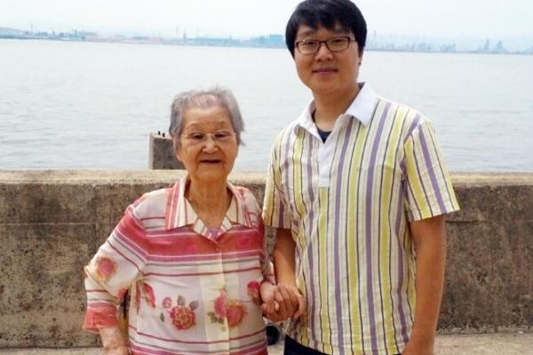 2014년 여름 포항 바다에서 김두리 여사(왼쪽)와 작가 ⓒ최규화