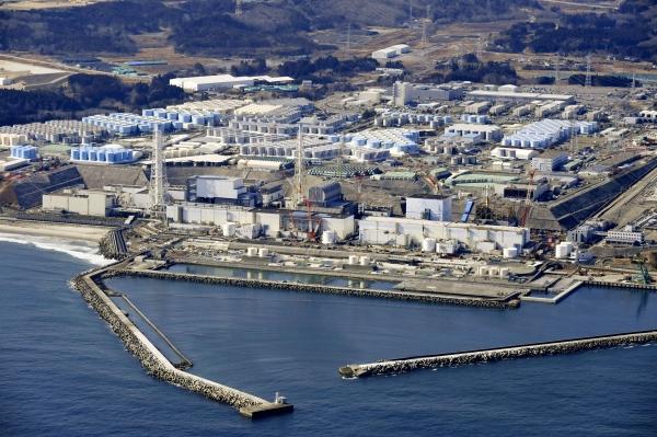 """스가 요시히데 일본 총리가 13일 각료회의 후 후쿠시마 원전 방사성 물질 오염수의 """"해상 방류가 현실적""""이라며 오염수를 희석하는 설비공사와 규제 대응을 거쳐 2년 뒤 방류할 계획""""이라고 밝혔다. 사진은 지난 2월 13일 일본 동북부 후쿠시마현에 있는 후쿠시마 제1 원자력 발전소의 모습.  ⓒ뉴시스·여성신문"""