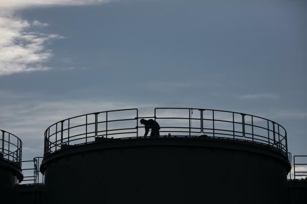 지난 2월12일 일본 후쿠시마(福島) 제1 원전 신축 수조 상단에서 작업자 1명이 일하고 있다. 후쿠시마 원전의 오염된 처리수를 해양 또는 대기 중으로 방출하는데 찬성하는 일본 국민은 20%에 불과한 것으로 요미우리 신문의 여론조사 결과 나타났다. 2020.3.10 ⓒ뉴시스·여성신문