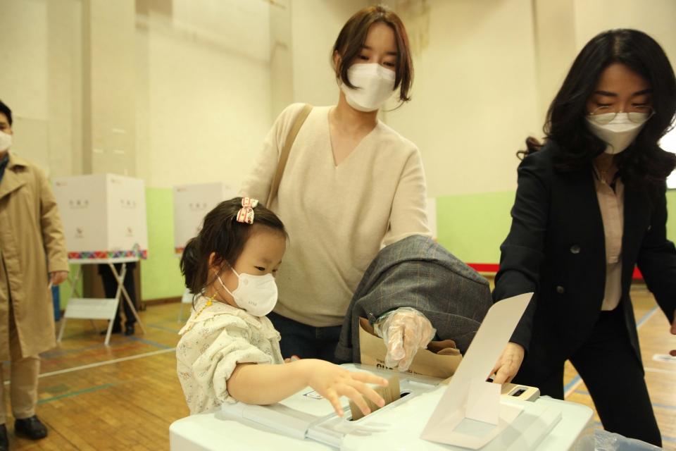 4·7 재보궐선거 사전 투표 첫날인 2일 서울 종로구 종로1·2·3·4가동 사전투표소에서 유권자들이 투표함에 투표용지를 넣고 있다. ⓒ홍수형 기자