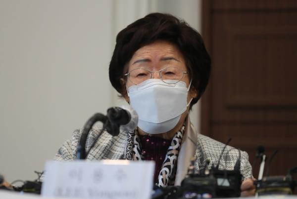 일본군 위안부 피해자 이용수 인권운동가가 14일 오전 서울 중구 한국프레스센터에서 일본군 위안부 문제 ICJ 회부 추진위원회 회원들과 함께 스가 총리 서한 전달과 활동보고 기자회견을 하고 있다. ⓒ뉴시스·여성신문
