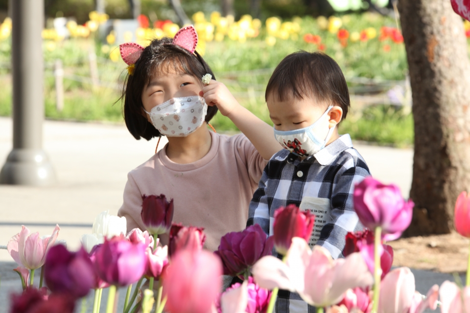 '튤립 이쁘지?' 포근한 날씨에 14일 서울 성동구 서울숲에서 아이들이 형형색색 꽃 피운 튤립정원을 바라보고 있다. ⓒ홍수형 기자