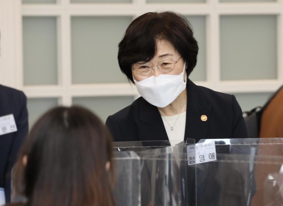 정영애 여성가족부 장관이 14일 서울 중구 프레스센터에서 열린 출입기자 간담회에서 참석자들과 인사를 나누고 있다.  ⓒ여성가족부