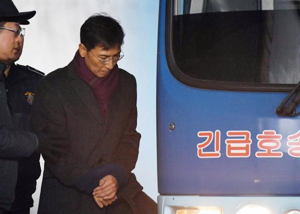 안희정 전 충남지사에게 입은 성폭력 피해를 폭로한 수행비서 김지은씨를 비방한 댓글을 작성한 안 전 지사의 측근이 검찰의 구형보다 높은 벌금형을 선고받았다. ⓒ여성신문·뉴시스<br>