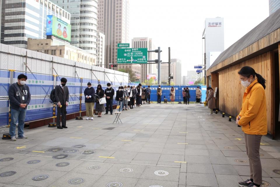세월호 참사 7주기를 맞아 16일 서울 종로구 기억및안전전시공간에 시민들은 묵념을 하고 있다. ⓒ홍수형 기자