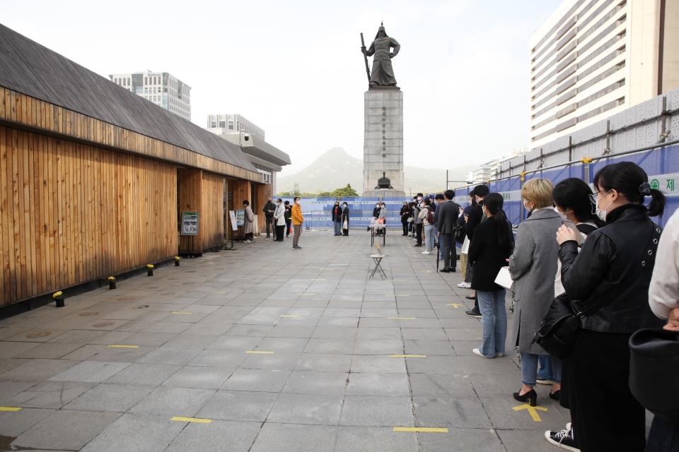 세월호 참사 7주기를 맞아 16일 서울 종로구 기억및안전전시공간에 시민들은 추모하기 위해 긴 줄을 서 있다. ⓒ홍수형 기자