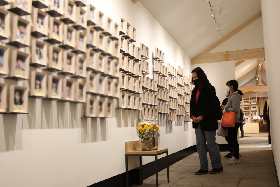 세월호 참사 7주기를 맞아 16일 서울 종로구 기억및안전전시공간에 시민들은 추모하기 위해 찾았다. ⓒ홍수형 기자