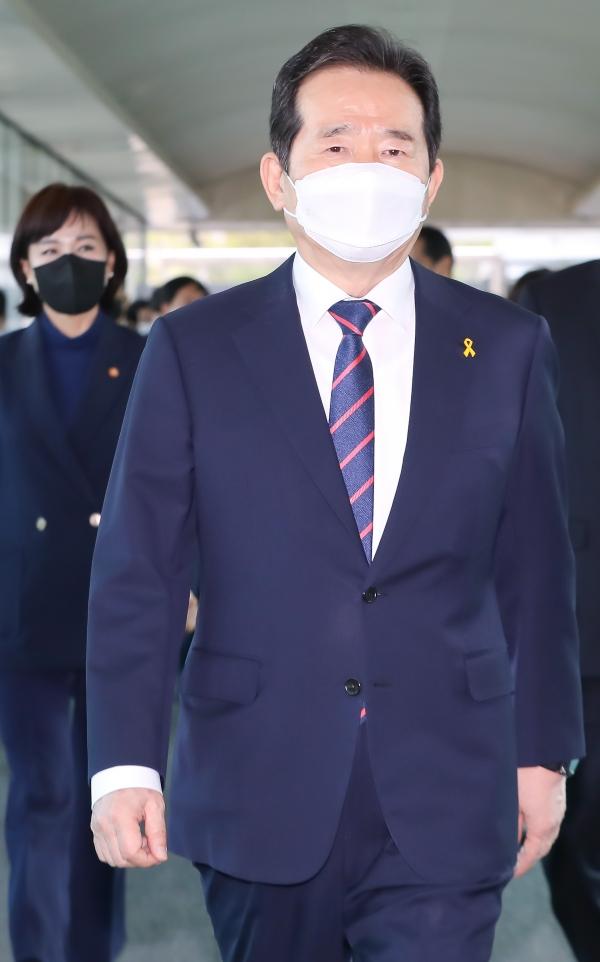 정세균 국무총리가 16일 오후 서울 종로구 정부서울청사에서 이임식을 마치고 직원들과 본관으로 이동하고 있다. ⓒ뉴시스·여성신문