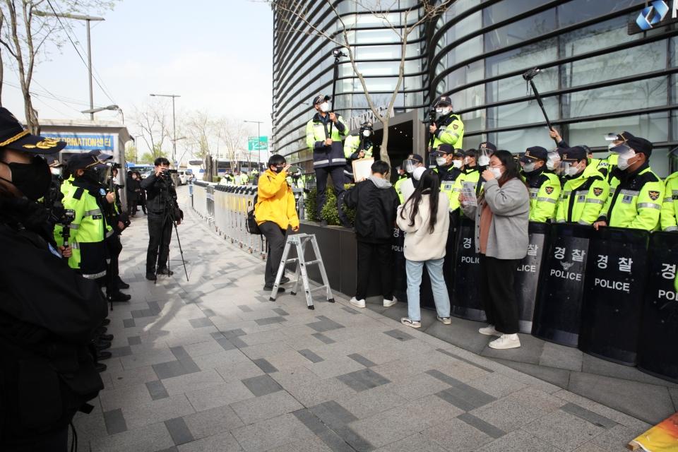 16일 오후 서울 종로구 일본대사관 앞에서 일본 방사능 오염수 방류 저지 대학생 실천단이 '일본 방사능 오염수 방류 저지 대학생 긴급 농성 선포' 기자회견을 열었다.