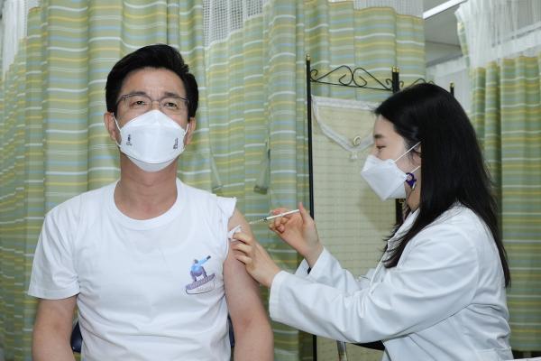 허태정 대전시장이 16일 오후 서구보건소에서 코로나19 아스트라제네카 백신 1차 예방접종을 하고 있다. ⓒ대전시 제공