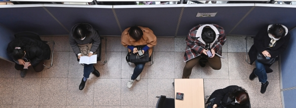 2월23일 오후 경기도 수원시청에서 열린 '2021 희망일터 구인·구직의날 채용박람회'를 찾은 구직자들이 면접순서를 기다리고 있다. ⓒ뉴시스·여성신문