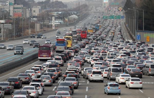 명절 고속도로가 정체돼있는 모습이다. ⓒ뉴시스·여성신문