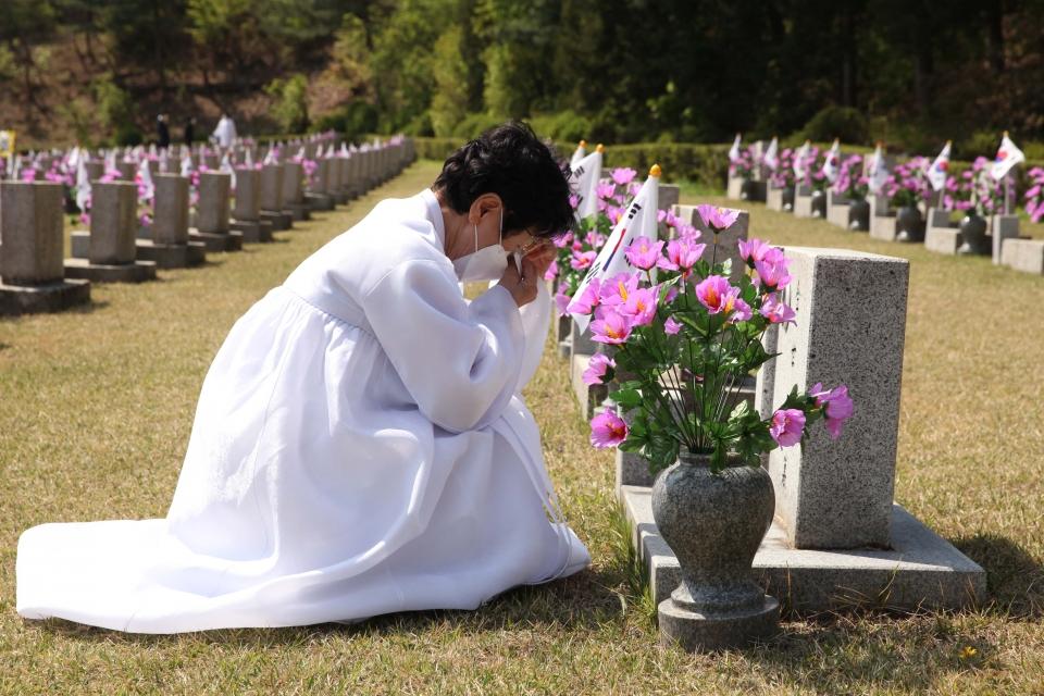19일 서울 강북구 국립 4.19민주묘지에서 4.19혁명 16주기를 맞아 유가족들은 묘역에서 참배하고 있다. ⓒ홍수형 기자