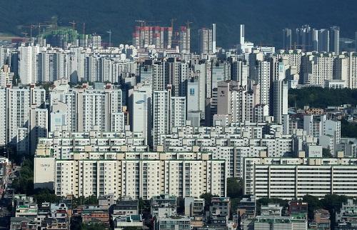 정부가 오는 10월부터 민간택지에서 분양가 상한제 도입을 예고한 가운데 청약통장 가입자 수가 2500만명을 돌파했다. 사진은 재건축을 앞둔 서울 송파구 롯데월드타워 일대의 아파트 단지 ⓒ뉴시스<br>