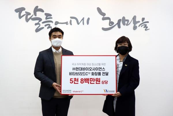 한국여성재단 장필화 이사장(우)과 현대바이오사이언스 손무웅 마케팅 이사가 기부물품 전달식 기념촬영을 했다. ⓒ한국여성재단