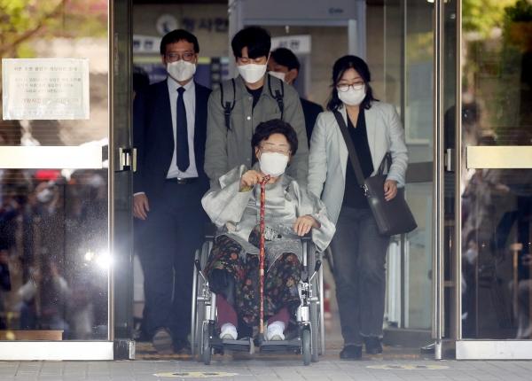 이용수 할머니가 21일 오전 서울 서초구 서울중앙지방법원에서 열린 일본군 위안부 피해자와 유족들이 일본을 상대로 제기한 손해배상 청구 소송 선고기일을 마친 뒤 입장을 밝히기 위해 청사를 나서고 있다. ⓒ뉴시스·여성신문