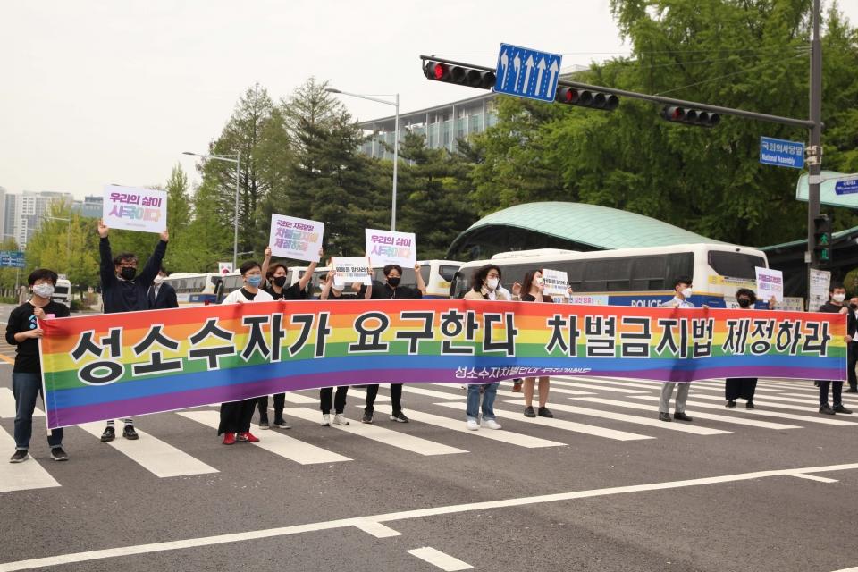 22일 서울 여의도 국회의사당 앞에서 성소수자차별반대 무지개행동이 '차별금지법제정 촉구 목요행동 지금 당장' 기자회견을 열고 퍼포먼스를 하고 있다. ⓒ홍수형 기자
