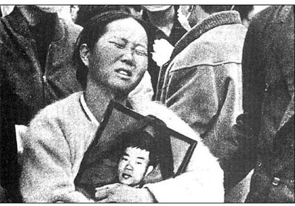 1970년 11월 18일 전태일의 장례식에서 아들의 영정 사진을 안고 있는 이소선 여사. ⓒ전태일기념관 제공
