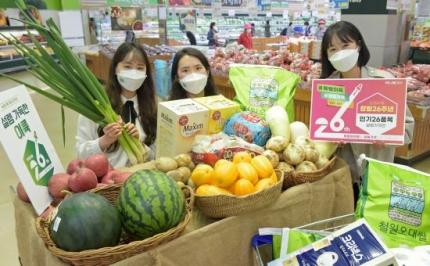 22일 서울 서초구 농협 하나로마트 양재점에서 홍보요원들이창립26주년 주요 농축산물 파격할인 판매를 선보이고 있다 Ⓒ농협유통