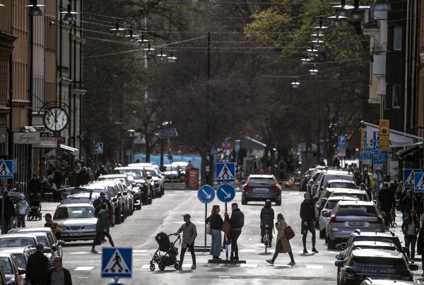 스웨덴 운전면허 제도가 특이한 것 중 하나는 5년 이상 무사고 운전을 한 24세 이상 가족에게 운전교사 자격을 부여한다는 점이다. 운전연습자와 보호자가 동시에 국가 지정 운전연습학원에서 제공하는 기초과정을 수료하면 운전연습자는 보호자와 함께 거리에 나가서 운전연습을 할 수 있게 해준다. ⓒ여성신문·뉴시스