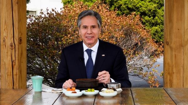 """토니 블링컨 미국 국무장관이 지난 3월18일 트위터에 """"지난 2016년 서울 출장 때 순두부찌개가 얼마나 맛있었는지 기억난다. 이번 방문 동안 다시 즐길 수 있어서 너무나 기쁘다!""""는 글과 함께 순두부찌개를 먹고 있는 사진을 게재했다. 사진=토니 블링컨 장관 트위터"""